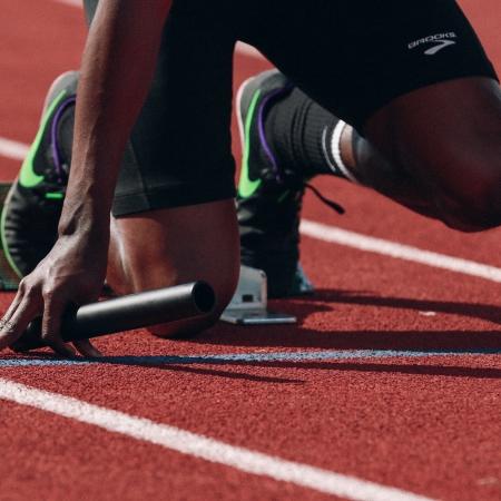 Relay runner starting race